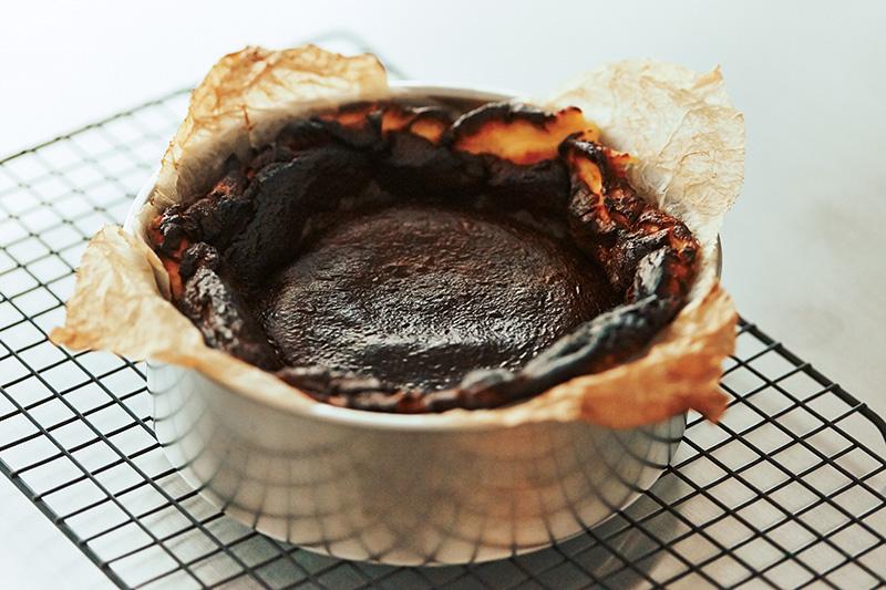 バスクチーズケーキを作るコツは失敗を恐れず焦がすこと