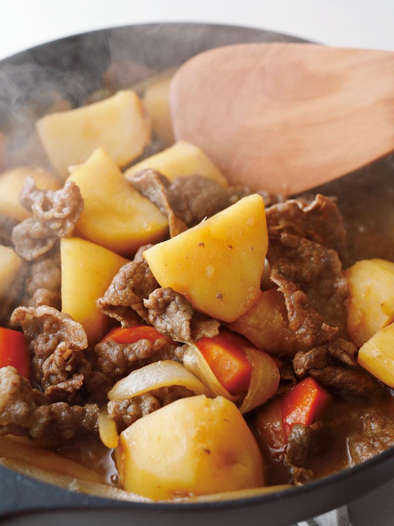 肉じゃがを煮つめて 仕上げる