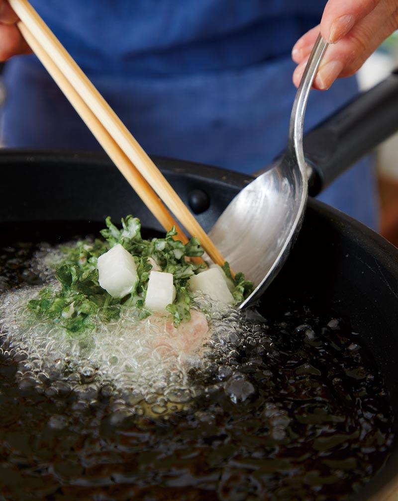 【大根と豚肉の香りかき揚げ】フライパンで揚げる