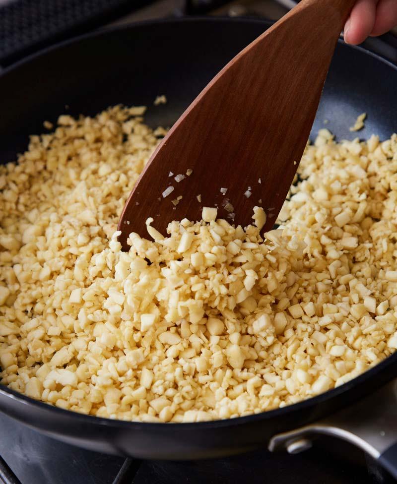 写真:高野豆腐を炒める