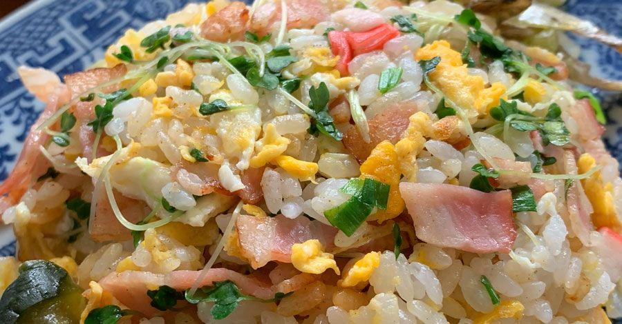 かにかまベーコン卵炒飯に添えたきゅうりの辛子漬けと、うりと煮干しの甘酢漬け