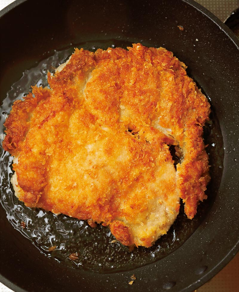 ソースチキンカツ丼 チキンカツをフライパンで揚げる