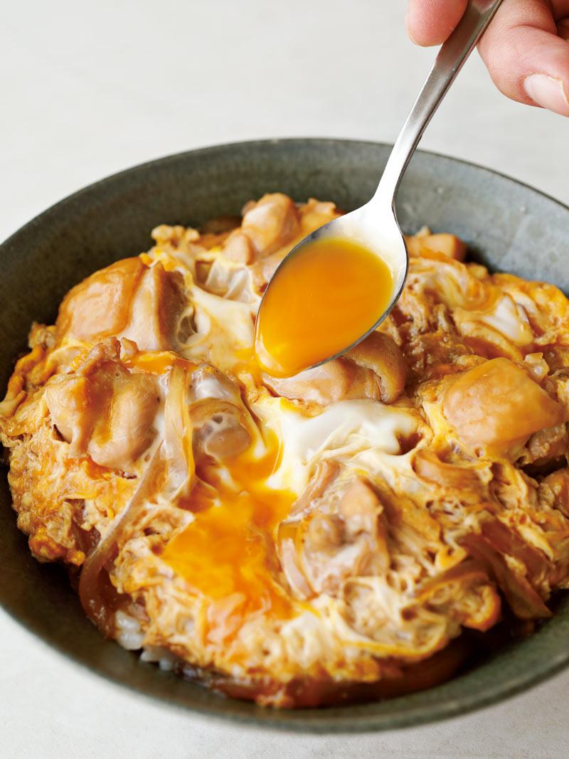 親子丼に卵黄をかける