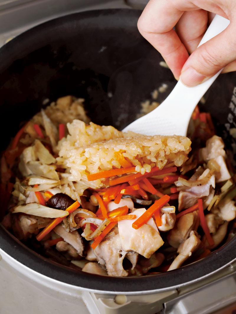 炊き込みご飯を底から混ぜる