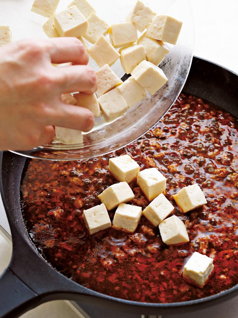 麻婆豆腐の作り方 スープ、 豆腐を加えて煮る