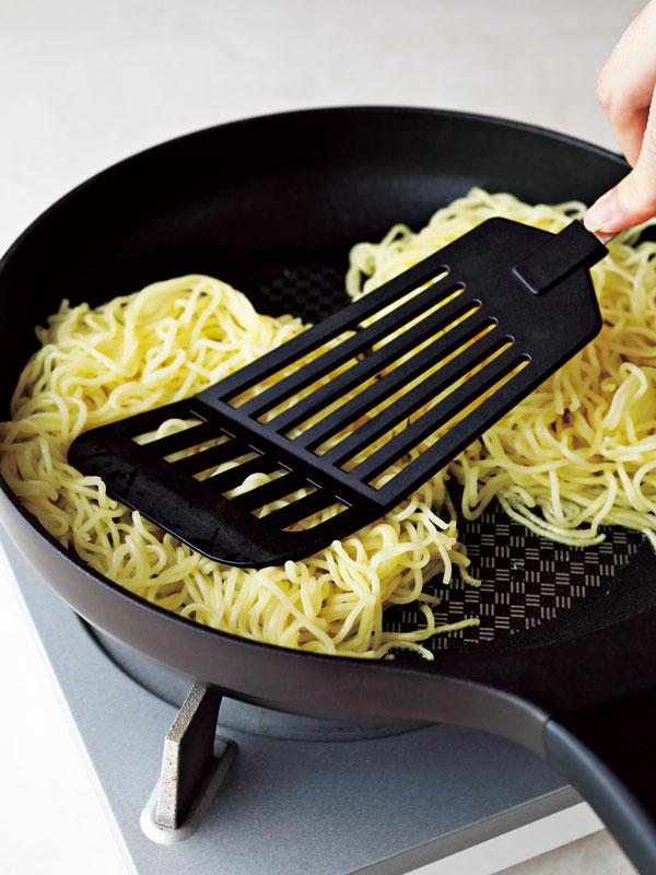 あんかけ焼きそばの作り方 麺をフライ返しで押し付けながらフライパンで焼く