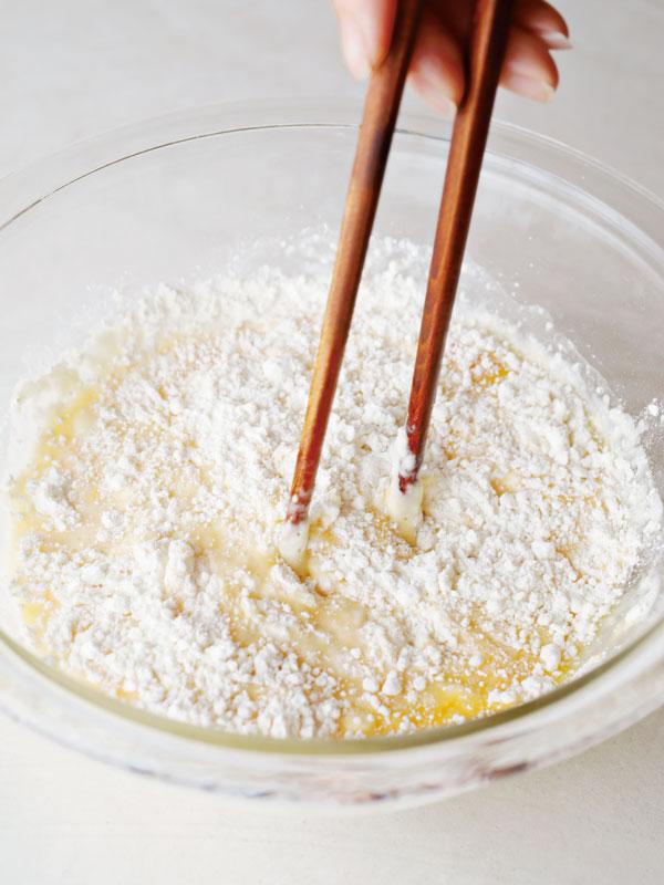 チヂミの粉を混ぜる