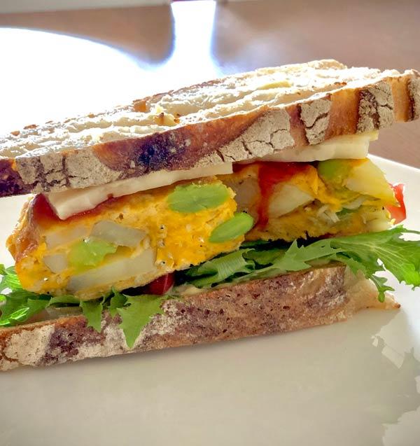 そら豆としらすのトルティージャをサンドイッチにアレンジ