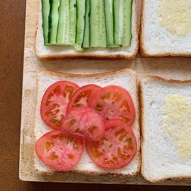 パンにきゅうりとトマトをのせる