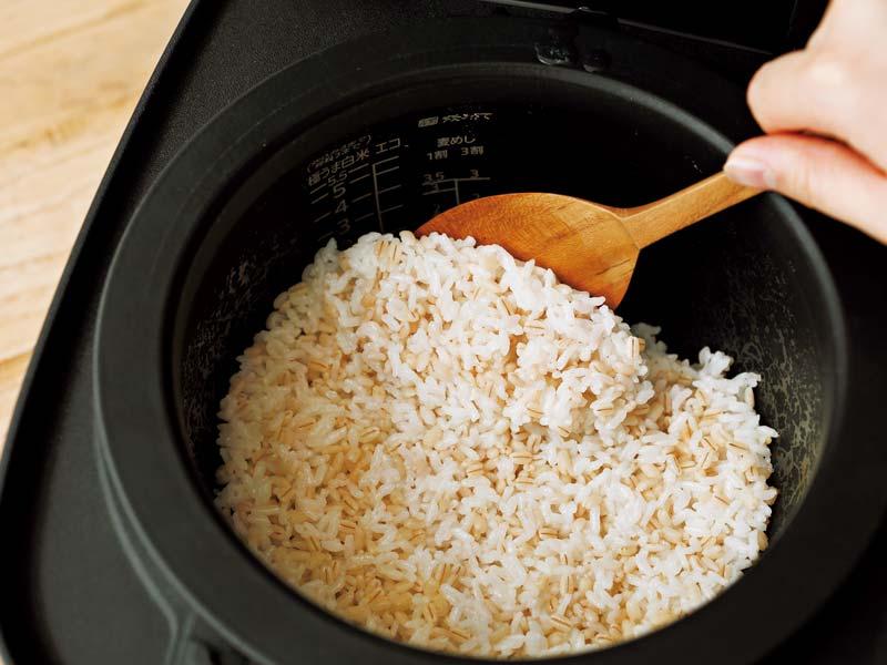 もち麦ごはんが炊けたらよく混ぜる