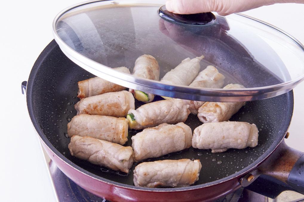 肉巻きをフライパンで焼く