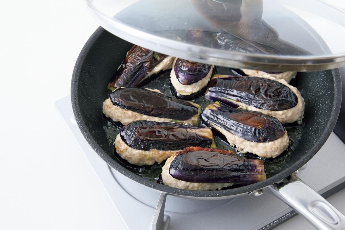 肉だねをはさんだなすをフライパンで焼く