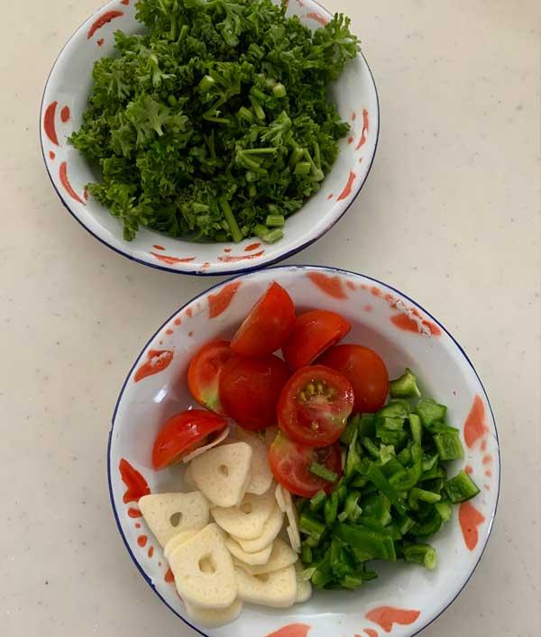 さば缶の濃厚トマトパスタ 材料(パセリ・ピーマン・にんにく・ミニトマト)
