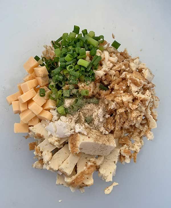 ボールにつぶした厚揚げとチーズ、ねぎを入れ混ぜる