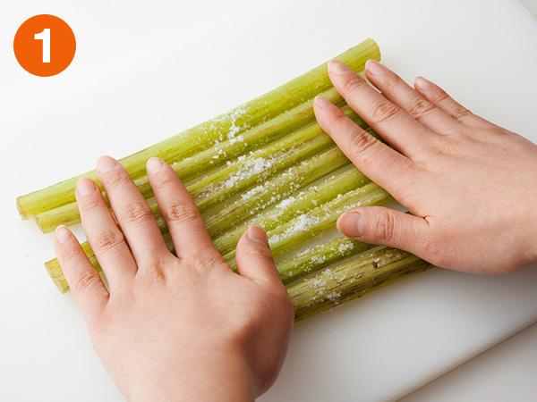ふきはまな板に並べて塩を多めにふり、両手でかるく押さえながらころがす。