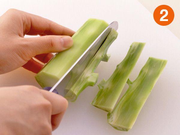 ブロッコリーの茎の皮を厚めに切る