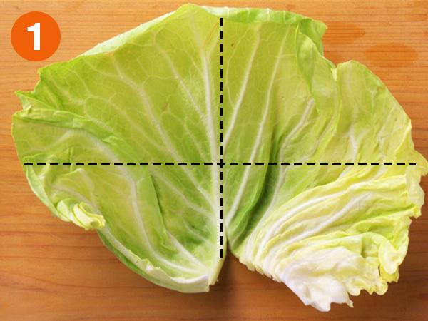 キャベツのざく切り 切り方1 キャベツの葉はまず大きさによって4つ〜6つに切る