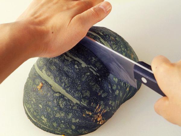 かぼちゃを切り分ける