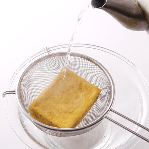 熱湯をかけて厚揚げを油抜きする