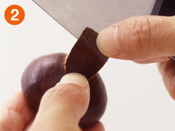 栗の皮のむき方 包丁の葉元を切り口にひっかけるようにして、鬼皮をはがすようにしてむく。