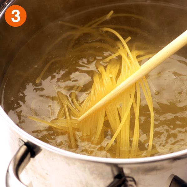 スパゲティのゆで方〜麺どうしがくっつかないように箸で混ぜる