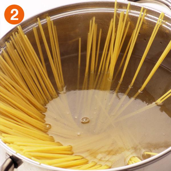 スパゲティのゆで方〜湯がわいたら鍋にスパゲティを加える
