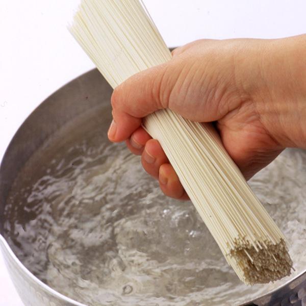 そうめんをゆでる〜鍋にそうめんをくっつかないようにパラパラとほぐしながら入れる