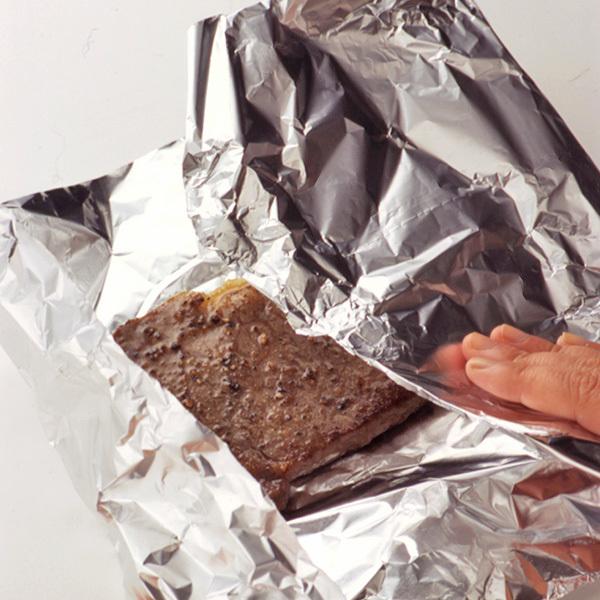 ステーキを焼いた後、アルミホイルで包んで余熱で火を通す