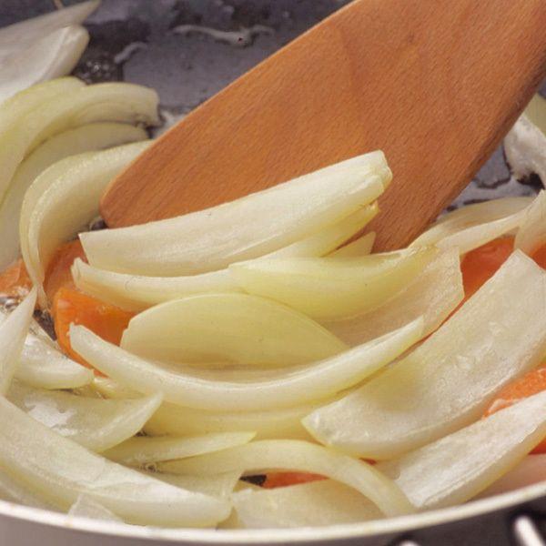 玉ねぎを透き通るまで炒める