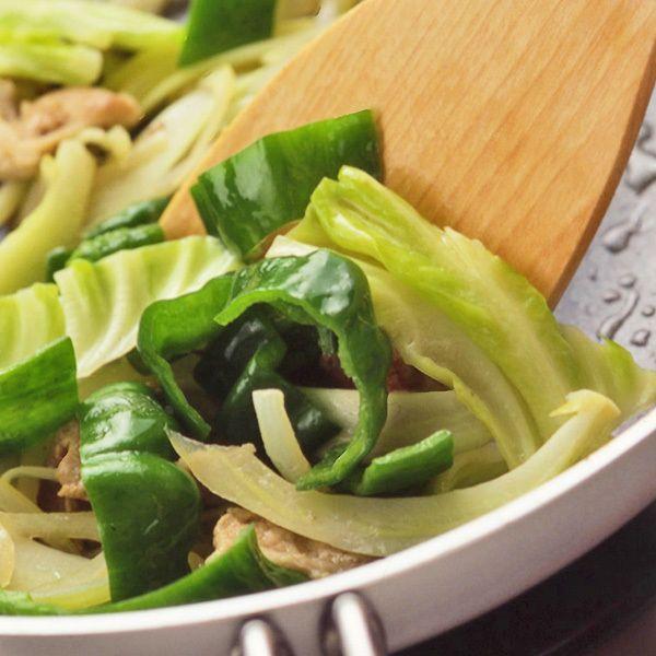 野菜を色鮮やかになるまで炒める