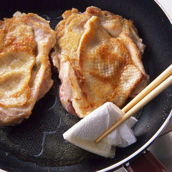 鶏もも肉のソテー 余分な油を拭く